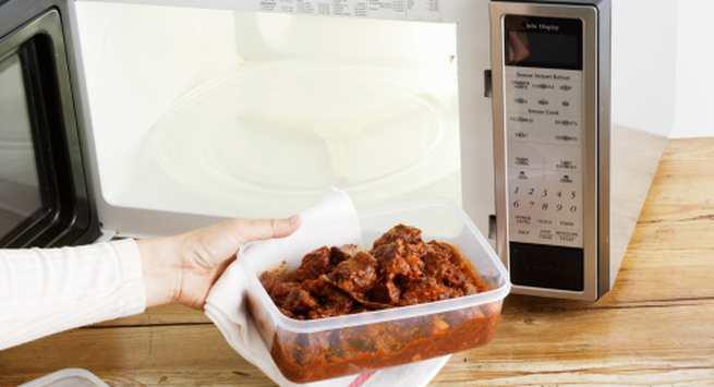 Không nên dùng hộp nhựa để đồ ăn nóng
